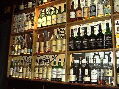 Whiskyflaschen im Regal